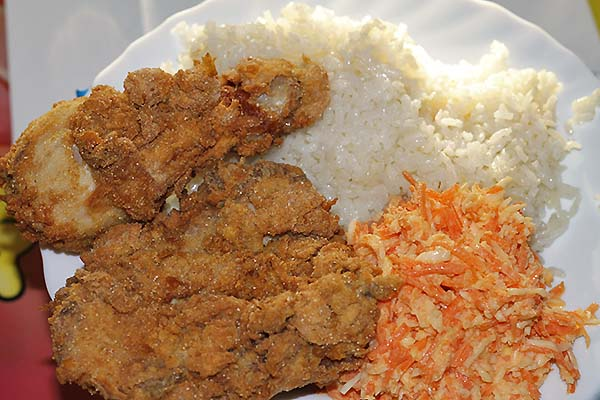 Pollo Kentucky con arroz y coleslaw